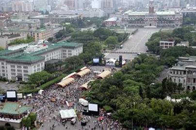 召民众在台北市凯达格兰大道静坐,他们要求停建核四,并将游行