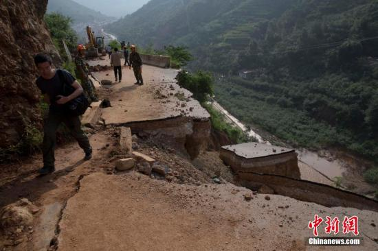 8月6日,云南鲁甸地震重灾区龙头山镇通往辖区村子的道路破坏严重.图片