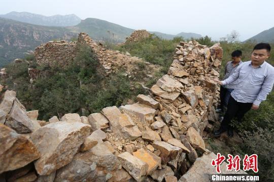 被破坏严重的鲁山县阿婆寨山古城墙,令文保志愿者叹息不已。 杨正华 摄