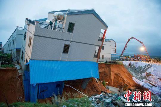 台风挟风带雨袭琼 陵水 楼坚强 地基冲坏不倒