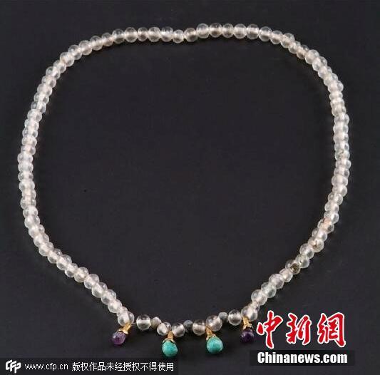 修复后的水晶项链,雍容华贵,熠熠生辉。