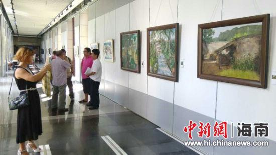 海南工会产业职工书画摄影大赛展览开幕。