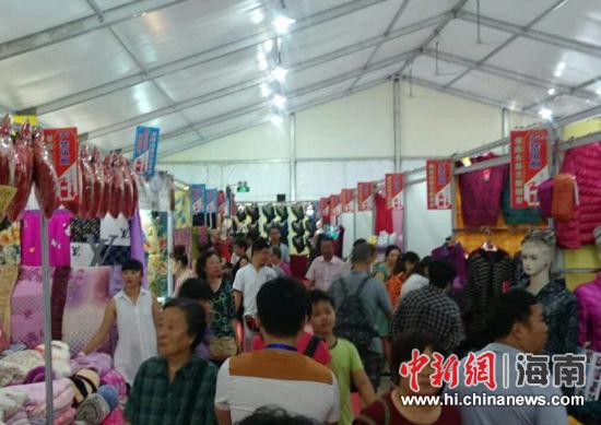 """第22届上海秋冬服装展海口开幕 引众多市民""""尝鲜"""""""