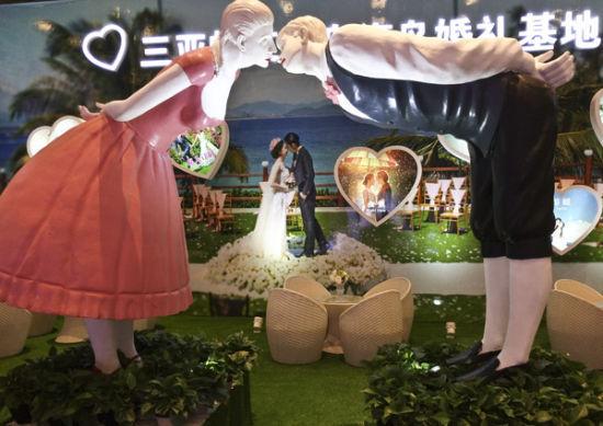 参展商在婚博会现场的浪漫布置。