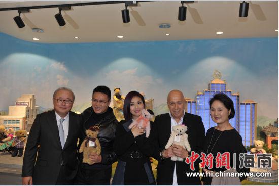 左起:泰迪熊博物馆总部老板、观澜湖集团主席朱鼎健、兰桂坊之父盛智文、泰迪熊博物馆负责人