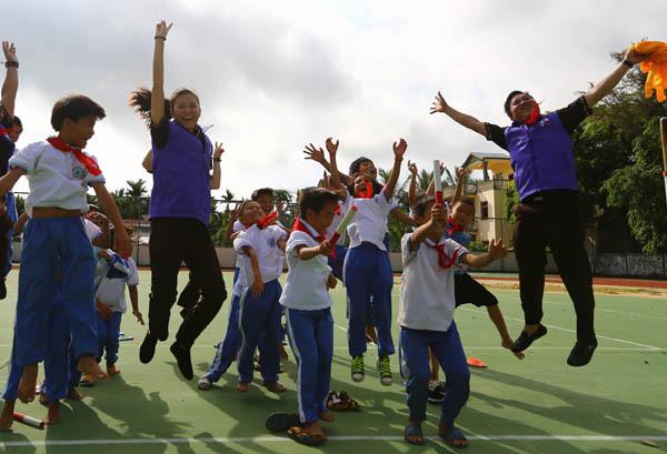 志愿者和满地可希望小学孩子们在游戏活动中欢呼