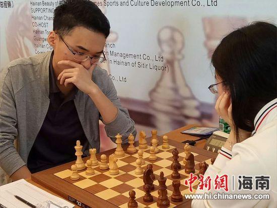 棋手对弈。