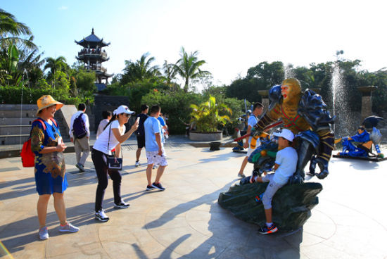 2017年01月20日,中外游客在三亚亚龙湾热带天堂森林旅游区参观游览的情景。(黄庆优摄)