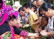 端午节琼中鸭坡村包粽子吸游客前往