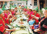 稻田里的长桌宴 保亭民族风情挡不住