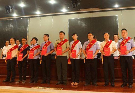 """9月8日,海口市授予吴大福等55名个人""""全市禁毒三年大会战第一阶段先进个人""""荣誉称号并为其颁发证书。"""