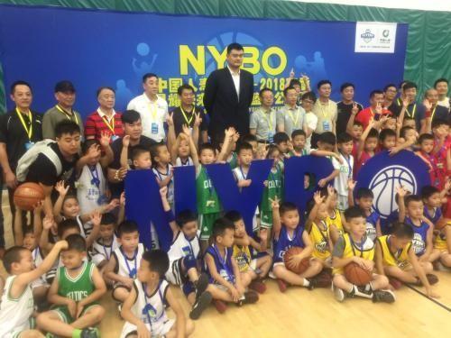 姚明与小球员以及嘉宾合影.   摄 -姚明 校园是中国篮球的人才库 将推