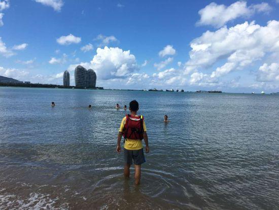 救生员在劝导安全区域外游泳的游客。三亚宣传部供图