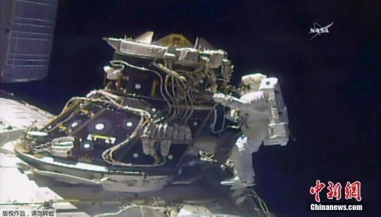 资料图:美国宇航员Jack Fischer和Peggy Whitson走出国际空间站。