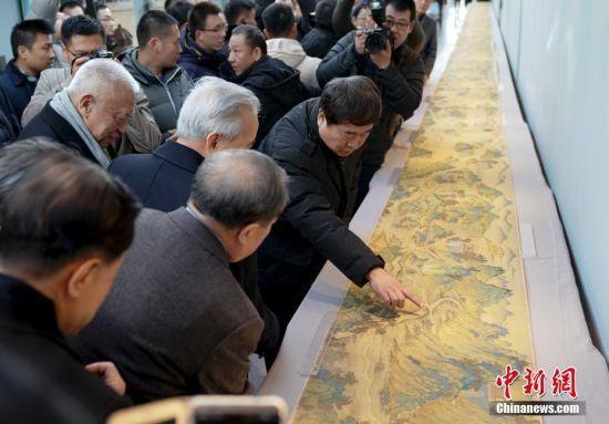这是许荣茂出资2000万元美金辗转从日本收藏家买回,再捐赠给故宫博物院。图为《丝路山水地图》。 中新社记者 杜洋 摄
