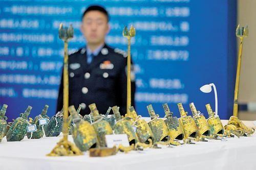 11月17日,淳化县公安局展示破案追回的国家一级文物。本报记者 陈路坤 摄