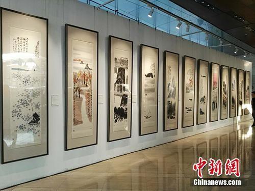 齐白石作品《山水十二条屏》在北京展出。中新网记者 宋宇晟 摄