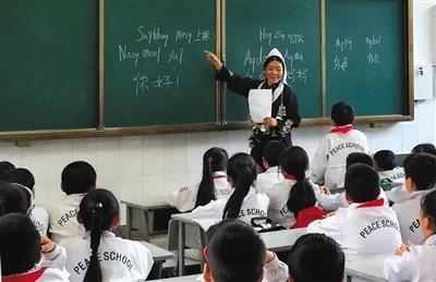 哈尼族的学生在上课。 李松梅供图