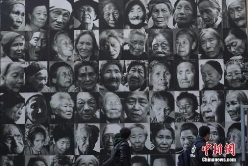 12月12日,市民在南京利济巷慰安所旧址陈列馆内参观。12月13日是侵华日军南京大屠杀遇难同胞80周年纪念日,南京将举行国家公祭仪式、和平法会、烛光祭等一系列的活动。中新社记者 泱波 摄