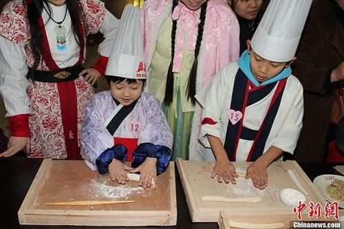 资料图:冬至来临之际,小朋友聚集西安博物院体验包饺子的过程,感受传统节日的氛围。阿琳娜 摄