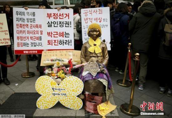 韩国民众将一座慰安妇少女铜像,放在日本大使馆前。