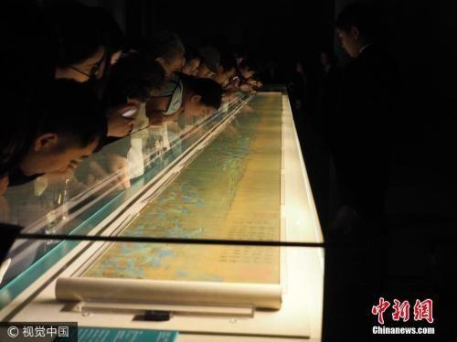 今年9月,900岁高龄《千里江山图》在北京故宫全卷展出,引来观者排队看画。图片来源:视觉中国