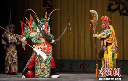 资料图:京剧《生死桃园》演员在表演中。冯帅 摄