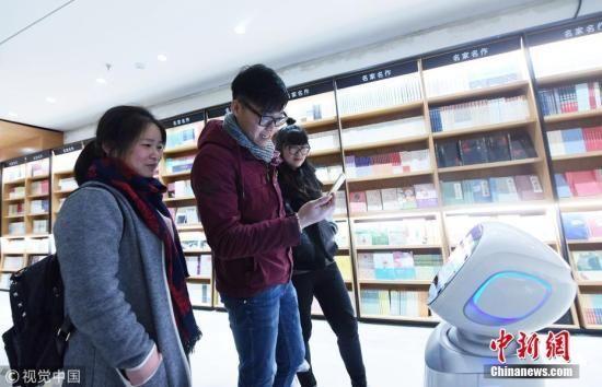 资料图:12月15日,读者在新华书店杭州庆春路购书中心选购图书。龙巍 摄 图片来源:视觉中国