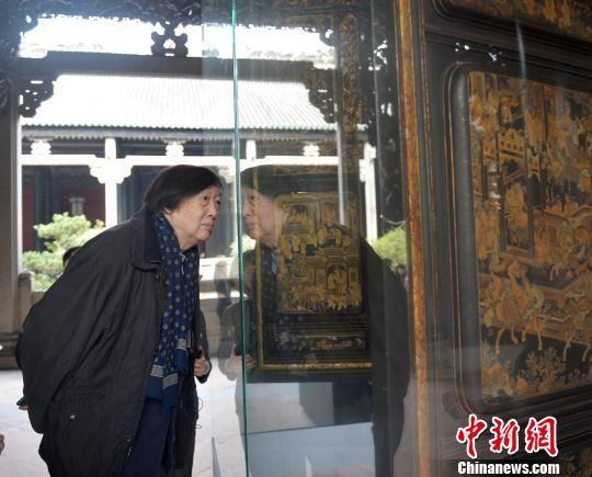 冯骥才在参观岭南文化的作品 肖雄 摄