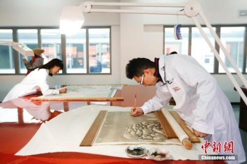 资料图:文物修复人员在故宫文物医院工作。中新社记者 杜洋 摄