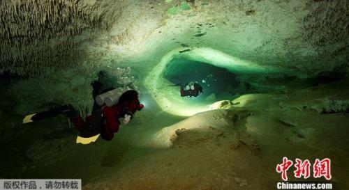 一个潜水团队近日在墨西哥东部发现了连通两个地下洞穴的通道,发现了或是世界上最大的被水淹没的洞穴。