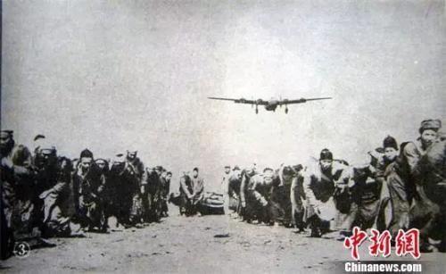 劳工用石磙子压飞机跑道 成都档案馆供图
