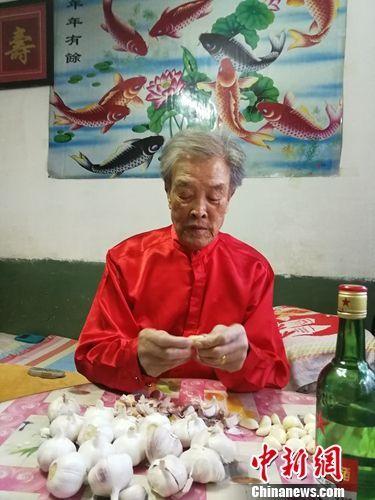 腊月初七,赵兴力的老父亲正在剥蒜,准备泡腊八蒜。赵兴力供图