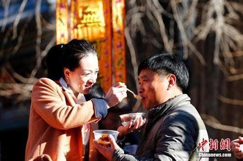 资料图:中国传统节日的腊八节,大批的北京民众赶往1700余年历史的北京京西古刹潭柘寺争喝腊八粥。 中新社发 富田 摄