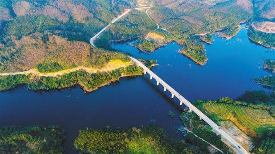 琼中红岭大桥:飞架南北绘通途
