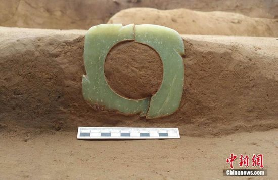 图为房屋内奠基的玉牙璧。 图片来源:陕西省考古研究院 文字来源:华商报