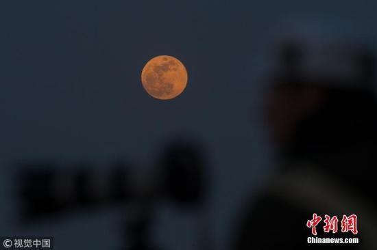 1月31日,从中国北京景山向东北方向眺望月亮。宋佳音 摄 图片来源:视觉中国