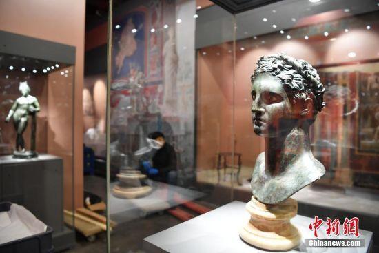 """2月5日,成都金沙遗址博物馆《庞贝:瞬间与永恒——庞贝出土文物特展》布展工作紧锣密鼓进行。这项来自成都金沙遗址博物馆的开年大展将于2月9日正式拉开帷幕,特展将展出意大利那不勒斯国家考古博物馆珍藏的庞贝古城出土的文物精品,这座被誉为""""罗马后花园""""曾在火山灰之下繁华都市再现。"""