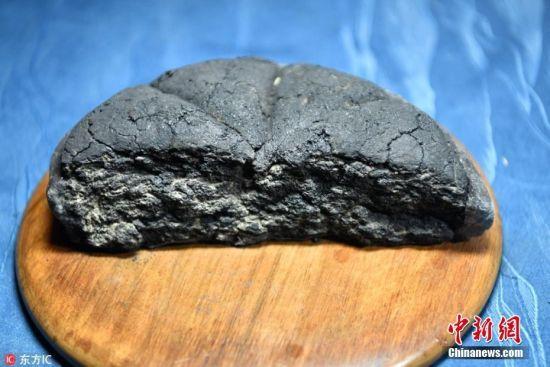 图为一块被发掘于庞贝古城中的面包,因为火山灰高温覆盖,面包已经完全碳化,但正因为如此,这些普普通通的食物才能保存两千年之久。 一芳 摄 图片来源:东方IC 版权作品 请勿转载