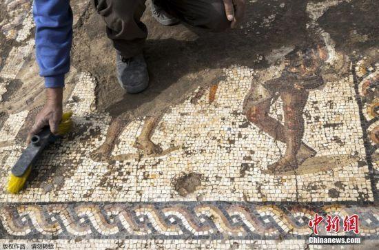 马赛克画面积为3.5x8米,内容包括3个人像、彩色的几何图案以及一长串希腊文。