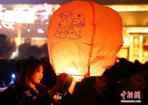 资料图:除夕夜重庆民众燃放许愿灯。中新社发 张浩 摄