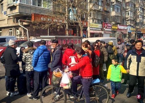资料图片:《舌尖上的中国3》播出之后,片中所拍摄的天津煎饼馃子受到热捧,许多民众排队品尝。(新加坡《联合早报》网站)