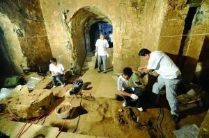 考古人员在河南安阳曹操高陵考古现场清理(2010年6月12日摄)。新华社发