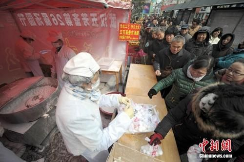 资料图:武汉老字号传统手工汤圆销售火爆。中新社发 张畅 摄