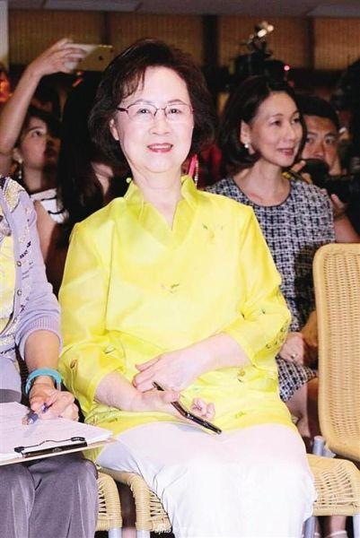 今年4月,言情小说皇后琼瑶将迎来她的八十大寿。趁着最新版本的琼瑶经典作品重磅推出之际,记者近日对她进行了采访。在谈论人生与爱情的同时,也聊到了生老病死。