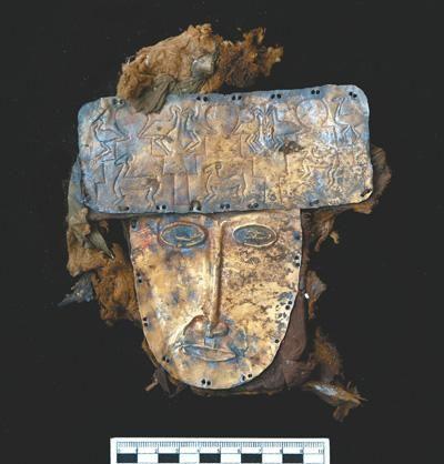 图为曲踏墓地出土的黄金面具。