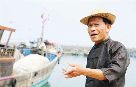 3月22日,戴志勇在渔港练唱哩哩美。  苏晓杰 摄