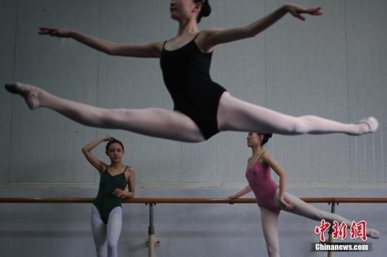 资料图:参加舞蹈专业的考生在备考。 中新社记者 佟郁 摄
