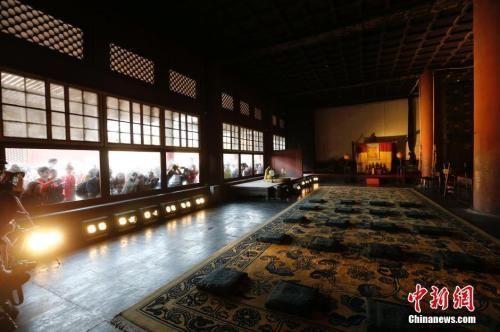 """资料图:2016年,北京故宫启动""""点亮历史""""原状展陈照明方案,包括前三殿(太和殿、中和殿、保和殿)、后三宫(乾清宫、交泰宫、坤宁宫)在内的中轴线六大宫殿几百年来首次亮灯。中新社记者 杜洋 摄"""