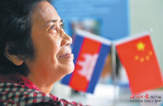 """二O一六年十月,柬埔寨磅湛省,一位白内障患者期待""""中国海南·柬埔寨光明行""""为她进行手术。海南日报记者 王凯 摄"""